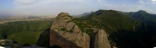 Panorámica desde Peña Amán. En primer plano San Miguel y el Fraile. Al fondo Gratal y pico del Águila